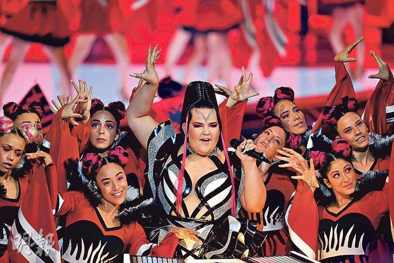 今屆「歐洲歌唱大賽」周二在特拉維夫舉行首場半準決賽,去年冠軍、以色列歌手Netta Barzilai(中)擔任表演嘉賓。(路透社)
