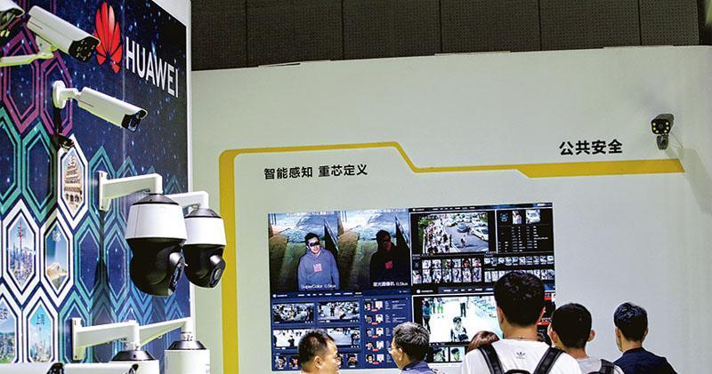 在天津「2019第三屆世界智能大會」期間舉行的展覽上,有參觀者在了解華為生產的監控設備。(路透社)