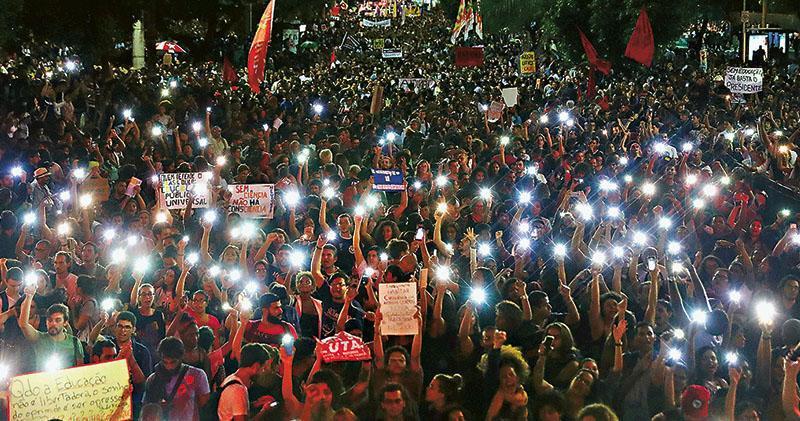 在里約熱內盧,周三有學生和民眾集會示威,抗議總統博索納羅的右翼政策。(路透社)