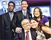 貝聿銘(前排左一)於2016年亞洲協會主辦的第三屆「亞洲創變者」頒獎禮上榮獲終身成就獎,他在兒子貝禮中(後排左一)等家人陪同下領獎。(網上圖片)