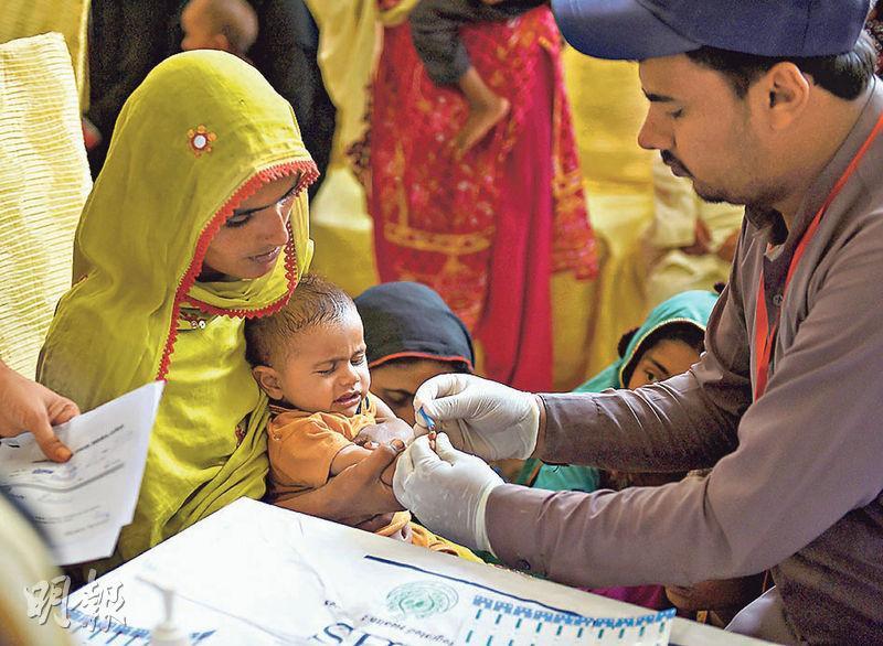 在傳出有愛滋醫生傳播愛滋病毒後,不少家長帶同子女接受病毒測試。(法新社)