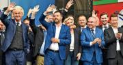 意大利聯盟黨領袖薩爾維尼(前排左二)上周六在米蘭為其右翼民粹黨團舉行歐洲議會選舉的造勢集會,獲荷蘭自由黨黨魁懷爾德斯(前排左一)和法國國民聯盟黨魁馬林勒龐(前排左三)等撐場。(法新社)