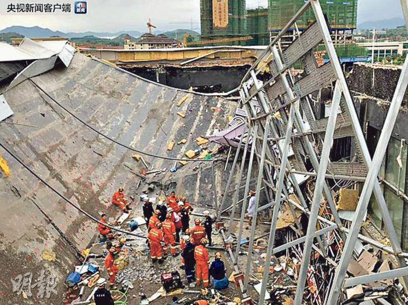 百色市右江區的「0776」酒吧鋼混結構屋頂昨凌晨突然倒塌,造成3死87人受傷。圖為救援人員在現場搜救生還者。(網上圖片)