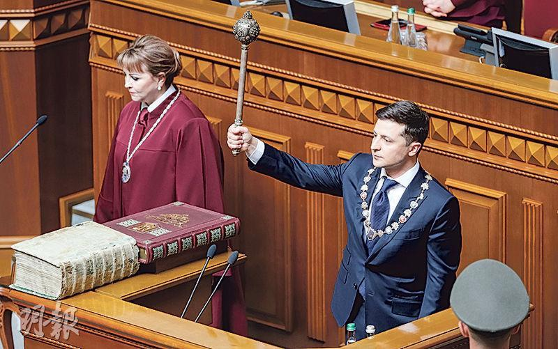 烏克蘭新任總統澤連斯基(右)周一就任時,表示首要任務是終結烏克蘭東部接壤俄羅斯邊境地區的衝突。(路透社)
