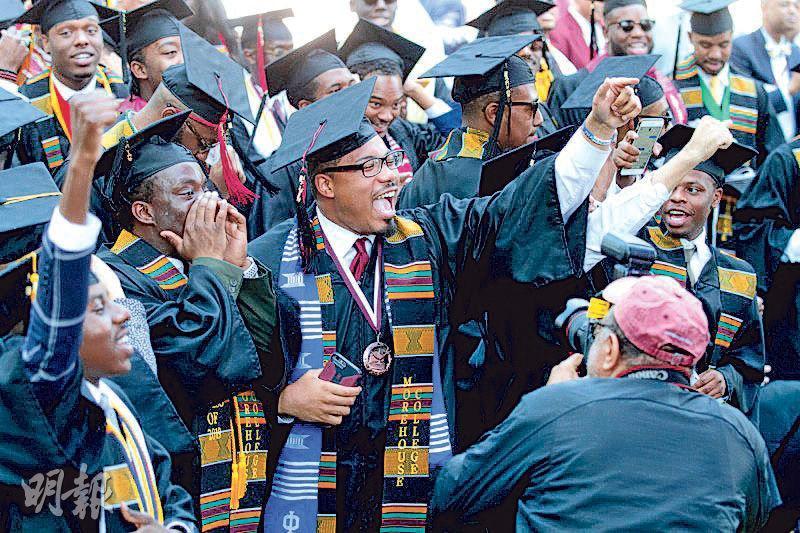 出席周日畢業禮的學生得知富商史密斯答應為他們償還貸款後,表現興奮。(網上圖片)