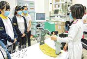 報告建議學校應增加實地考察、職場體驗等活動,讓學生於真實情景學習。圖為香港管理專業協會羅桂祥中學學生在天水圍醫院急症室體驗醫療人員日常工作。