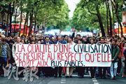 巴黎周一有民眾遊行,要求總統馬克龍出手拯救植物人蘭伯特,示威者手持的標語寫着「文明的品質取決於它給予最弱者的尊重」。(法新社)