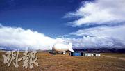中科院空天信息研究院研製的「極目一號」浮空器23日凌晨創造升空達到海拔7003米的世界紀錄。圖為在納木錯湖畔錨泊待命的「極目一號」浮空器。(中新社)