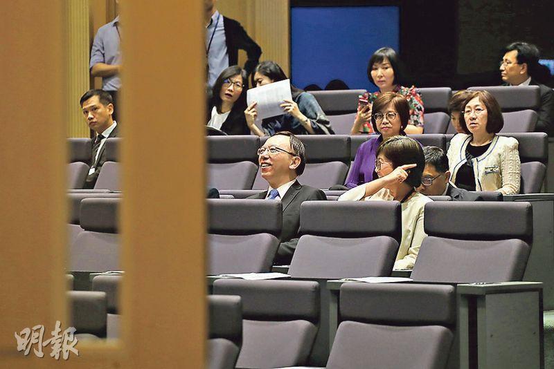 政府高層官員,包括司局長、首長級公務員等昨晨在政府總部出席會議,聽取保安局長李家超解說修訂《逃犯條例》工作。(李紹昌攝)