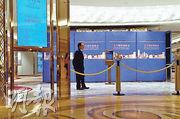 遇劫的澳門四季酒店百利宮娛樂場二樓高額博彩區,昨傍晚已重新對外開放,賭客可如常進出,但賭場近門口的部分區域放有圍板,暫未知是否與案件有關。