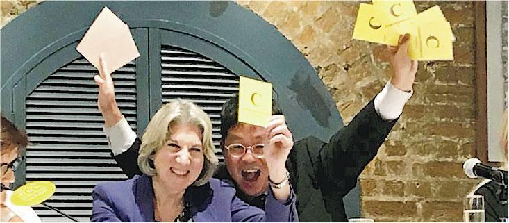 彭博新聞社資深國際編輯Jodi Schneider(左)當選FCC主席,佢承諾會讓FCC繼續成為新聞自由「強大而堅定嘅聲音」。(Twitter@Douglas Wong)
