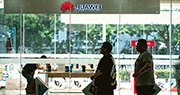 面對美國禁令,華為日前表示將在今年秋季推出可應用於智能手機和手提電腦等多個平台的自研作業系統。圖為華為在北京的零售店。(法新社)