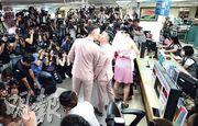 台灣上周通過同婚專法,昨起正式辦理註冊手續。全台估計有約300對同志伴侶到各戶政事務所辦理結婚登記。圖為有同志伴侶到台北市信義區戶政事務所辦理登記,成為媒體焦點。(中央社)