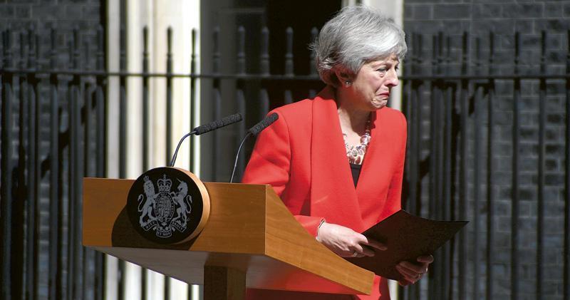 英國首相文翠珊昨日宣布下月7日辭職,她轉身步入首相府時,已忍不住下淚了。(新華社)