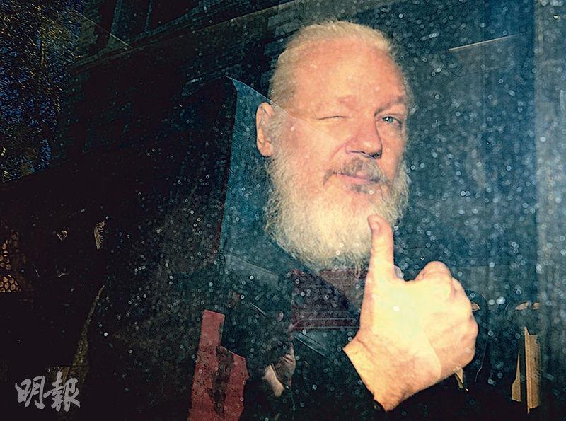 美國加控維基解密創辦人阿桑奇(圖)17項控罪,包括間諜罪。圖為4月他在英國倫敦被捕後,向記者豎姆指。(路透社)