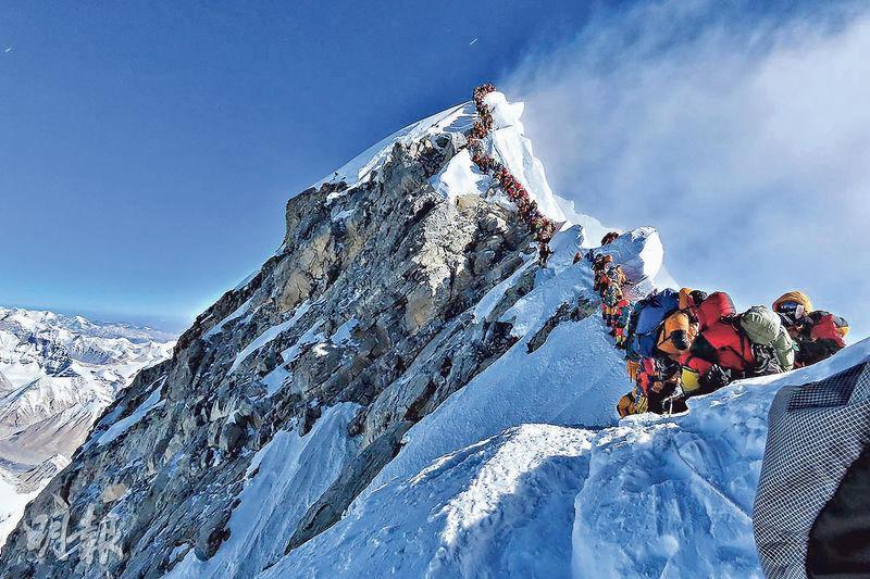 有攀山客周三在珠穆朗瑪峰拍攝的照片顯示,大批攀山客「排隊」等候攻頂。(法新社)