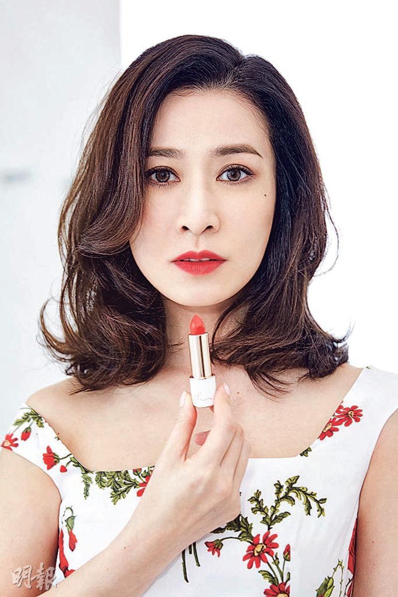 佘詩曼前晚穿花裙及塗上自己品牌的紅色唇膏,在上海舉行大型發布會。