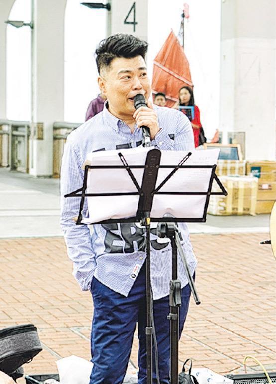 阮兆祥前日在中環玩「處男快閃Busking」,吸引途人圍觀。