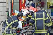其中一名受傷女子被送上救護車。(法新社)