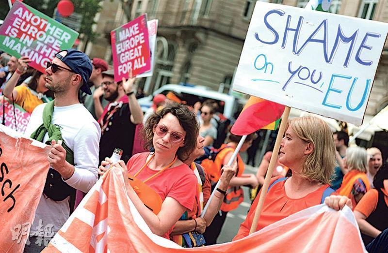 德國法蘭克福昨有支持歐盟的民眾集會,呼籲「對抗仇恨,擁抱改變」。(路透社)