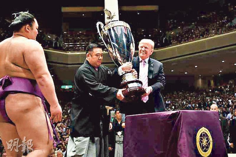美國總統特朗普昨日登上土俵,親自頒發「美國總統盃」給冠軍力士朝乃山英樹。(法新社)