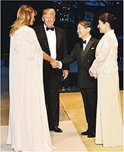 美國總統特朗普和妻子梅拉尼婭(左方)周一到日本皇居出席國宴,日皇德仁及皇后雅子(右方)迎接。(網上圖片)