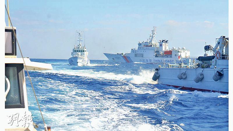 日本沖繩縣石垣市議員仲間均上周乘搭漁船「高洲丸」號(左一)到釣魚島附近海域「捕魚」,遭4艘中國海警船追趕約1小時。仲間均所攝照片顯示,「高洲丸」號遭中國的「海警1501」(右二)追擊,日本巡邏船「大神」(左二)在旁護送。(網上圖片)