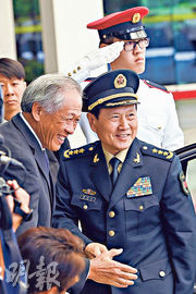中國防長魏鳳和(右)昨日抵達新加坡,在新加坡防長黃永宏(左)陪同下出席歡迎儀式。(法新社)