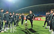 韓國U18青年隊在奪冠後羞辱「熊貓盃」引發批評。圖為韓國隊有隊員將獎盃踩在腳下,其他隊員則在一旁嬉笑。(網上圖片)