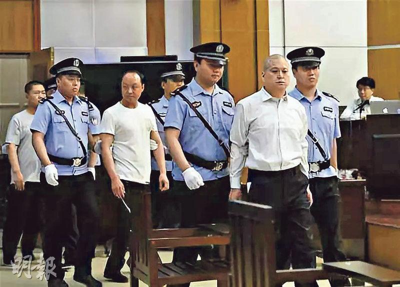 山西太原市檢察院宣布,決定對任愛軍涉黑集團提起公訴。圖為諢名「小四毛」的任愛軍(右二)及其集團成員被法警押上法庭。(網上圖片)