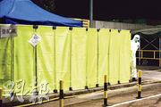 政府昨晚宣布上水屠房再有豬感染非洲豬瘟,即晚已以黃布圍封,冀盡快開始銷毁場內的豬。(賴俊傑攝)