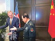 美國署理國防部長沙納漢(左)與中國國防部長魏鳳和(右)昨日在新加坡「香格里拉對話」會面並舉行場邊會談。(路透社)
