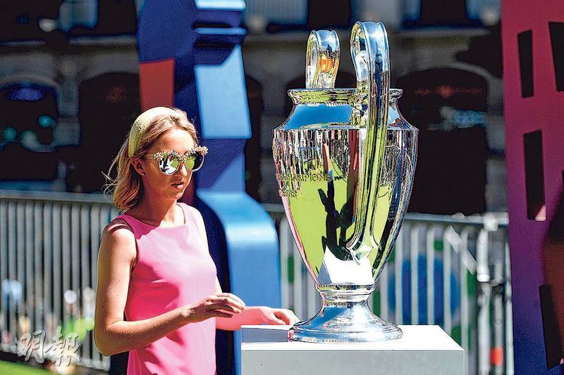 西班牙馬德里舉行歐聯決賽前夕,在太陽門廣場展示歐聯大耳獎盃供一眾球迷合照。(法新社)
