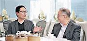 黃傑龍(左)與父親黃耀鏗。(香港電台提供)