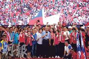 投入明年台灣總統大選國民黨初選的高雄市長韓國瑜(前中),昨在造勢大會上表示:「我準備承擔任何重要職務,為了中華民國不惜粉身碎骨。」(中央社)