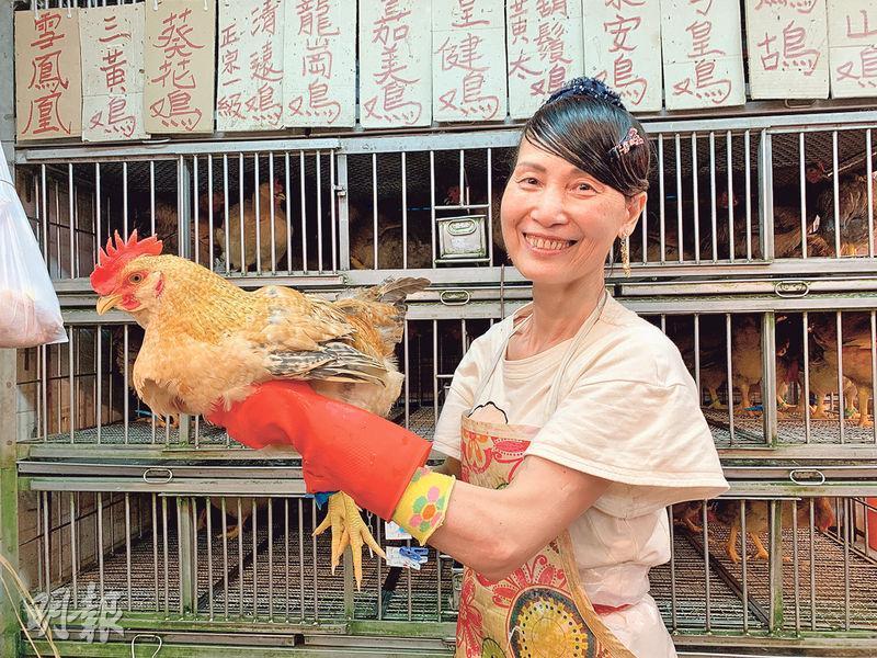 九龍城街市周華記雞鴨負責人玲姐表示,若今天批發價續升,新界農場雞零售價或加逾6%至每斤80元。(黃心悅攝)