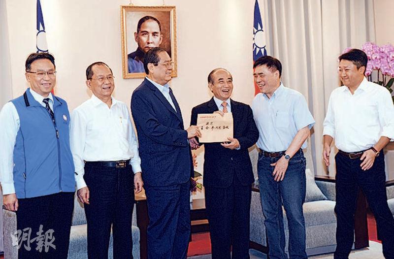 台灣前立法院長王金平(右三)昨在會見國民黨中央總統提名協調5人小組後,宣布將退出黨內初選。(中央社)
