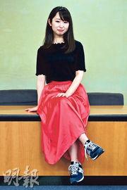日本女演員兼作家石川優實發起「#KuToo」運動,要求政府立法禁止僱主強制女職員穿高跟鞋。她在周一將當時逾1.8萬人的聯署提交至厚生勞動省,並在記者會上穿上波鞋抗議。(法新社)