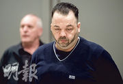 德國42歲男護士赫格爾(前)在2000年至2005年間,刻意為病人注射致命劑量的心臟藥物,昨日在西北部城市奧登堡的法院被裁定85項謀殺罪成,再度判處終身監禁。(路透社)