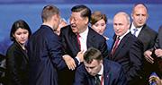 在出席聖彼得堡國際論壇的活動後,國家主席習近平在俄羅斯總統普京等的陪同下離開時,在場人士情緒熱烈,紛紛與習握手、拍照,保鑣急忙上前保護。(路透社)