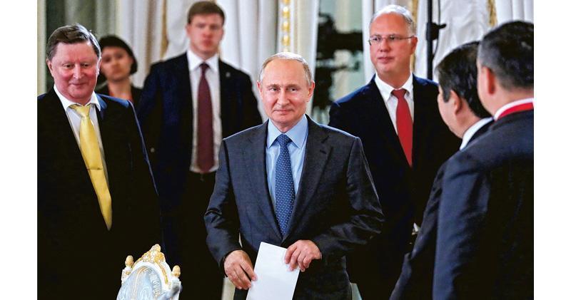 俄羅斯總統普京(中)周四出席聖彼得堡國際經濟論壇期間發表講話,警告美國若繼續無意討論延期,俄方會退出與美國簽署的《新削減戰略武器條約》。(路透社)