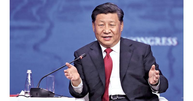 國家主席習近平7日出席聖彼得堡國際經濟論壇全會時,提出「中國願同各國分享包括5G技術在內的最新科研成果,共同培育新的核心競爭力」。圖為在互動交流環節,習近平就逆全球化、共建一帶一路、朝鮮半島無核化等回答主持人提問。(中新社)