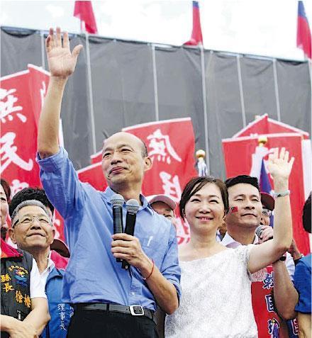 參加台灣總統大選國民黨初選的高雄市長韓國瑜(前左),昨日在花蓮縣出席造勢大會。(網上圖片)