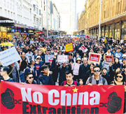 悉尼遊行有約3000人參與,參與者大多是港人,亦有兩成來自內地、台灣及當地的人。他們由新南威爾斯州立圖書館遊行至澳洲外交事務及貿易部,並遞請願信。(「全球集氣反送中」提供)