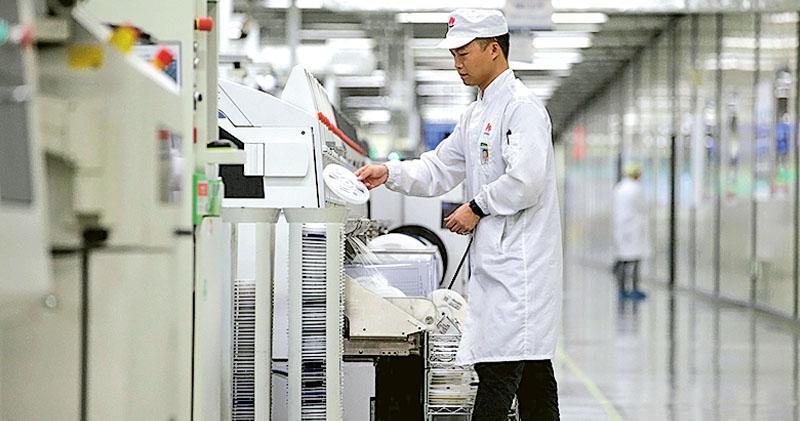 中國政府上周召集美國、英國和韓國等科技公司代表開會,警告他們不要配合特朗普政府對中國技術封殺。特朗普日前宣布,禁止向華為出售「關鍵技術」。圖為華為位於東莞的生產線。(路透社)