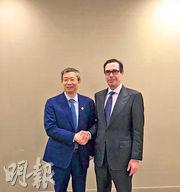 央行行長易綱與美國財長梅努欽昨在日本福岡出席20國集團財長會議時會面。圖為梅努欽(右)會面後在Twitter上載與易綱(左)的合照。(網上圖片)