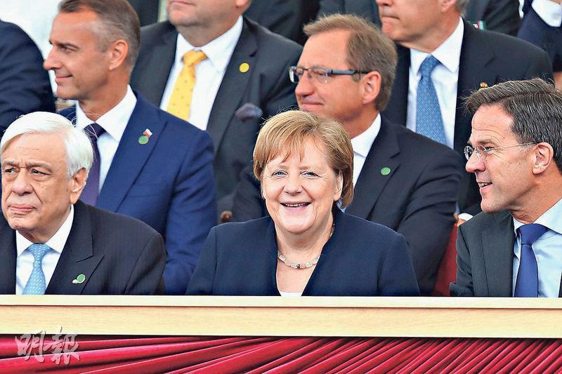 6月5日,德國總理默克爾(前中)出席於英國南部城市Portsmouth舉行的第二次世界大戰盟軍「諾曼第登陸」(D-Day)75周年紀念儀式。(法新社)