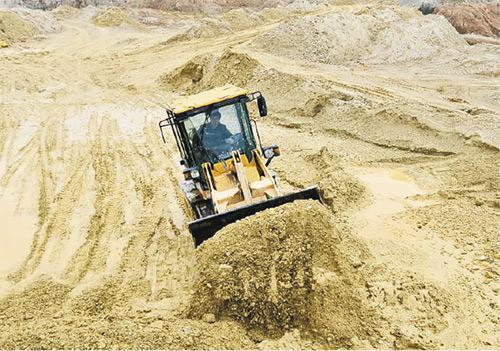 圖為一名工人在江西一個稀土工地上駕駛推土機。(網上圖片)