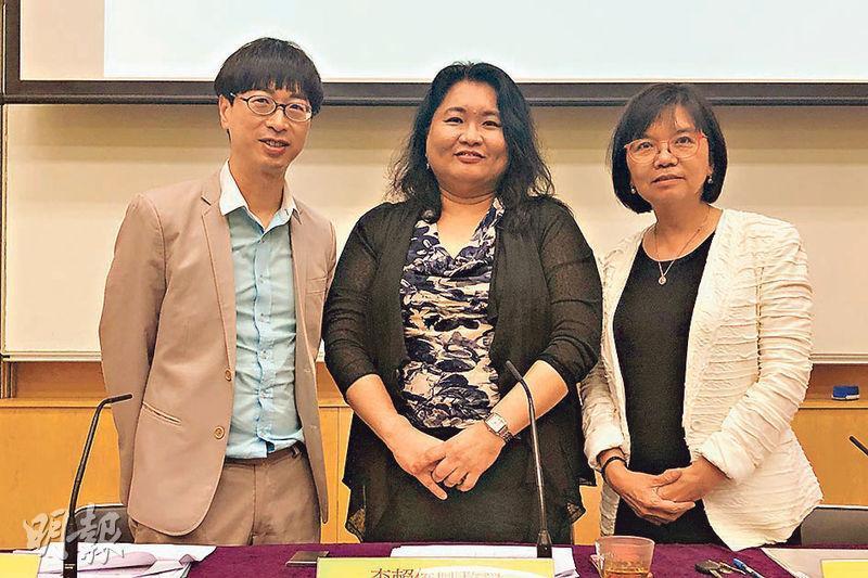 馮應謙教授(左起)、李賴俊卿教授及何瑞珠教授昨日公布本港學童的身心健康狀况調查結果,研究發現沉迷社交媒體損害學童健康。(張彤攝)
