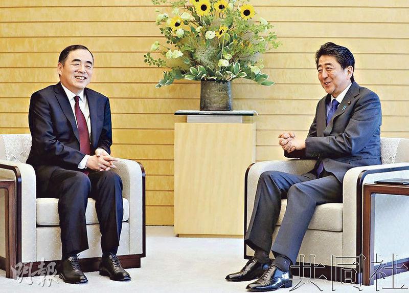 日本首相安倍晉三(右)昨日在官邸會見中國新任駐日大使孔鉉佑(左)。(網上圖片)